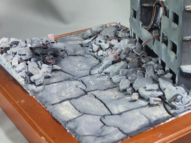コンクリート片の瓦礫は全て石膏を砕いた物。石膏は、油粘土に近場にあったコルクシートやサンドペーパーやハードカバー本の中表紙を押しつけてテクスチャーを付けて
