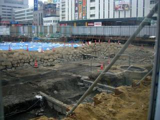 福山城の舟入状遺構(後方に見える建物は三之丸町のキャスパ)
