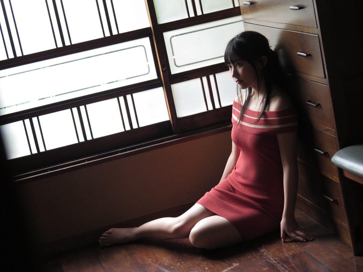 赤いワンピースを着た田中美久