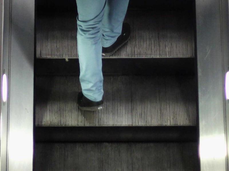 ロンドン地下鉄で、ホルボーン駅でエスカレーターの両面に立つか ...