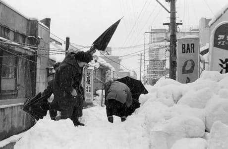 ○昭和38年1月豪雪○五六豪雪 二階から出入り 屋根雪上げ - 縄文人の ...