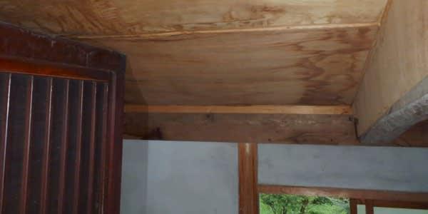 天井の雨染みの原因は谷樋でした