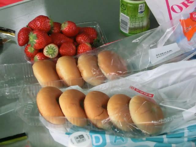 イチゴとパンの差し入れ