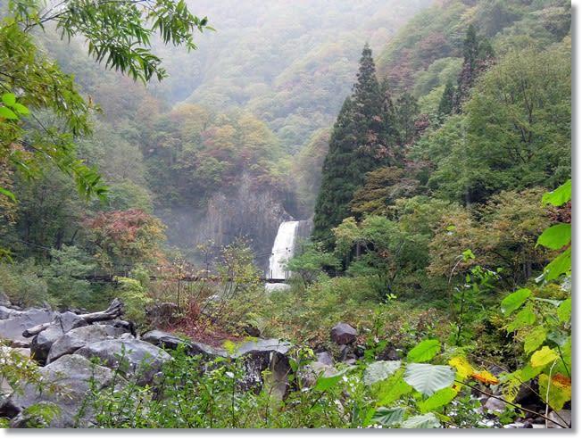 苗名滝は水量が多く豪快であった