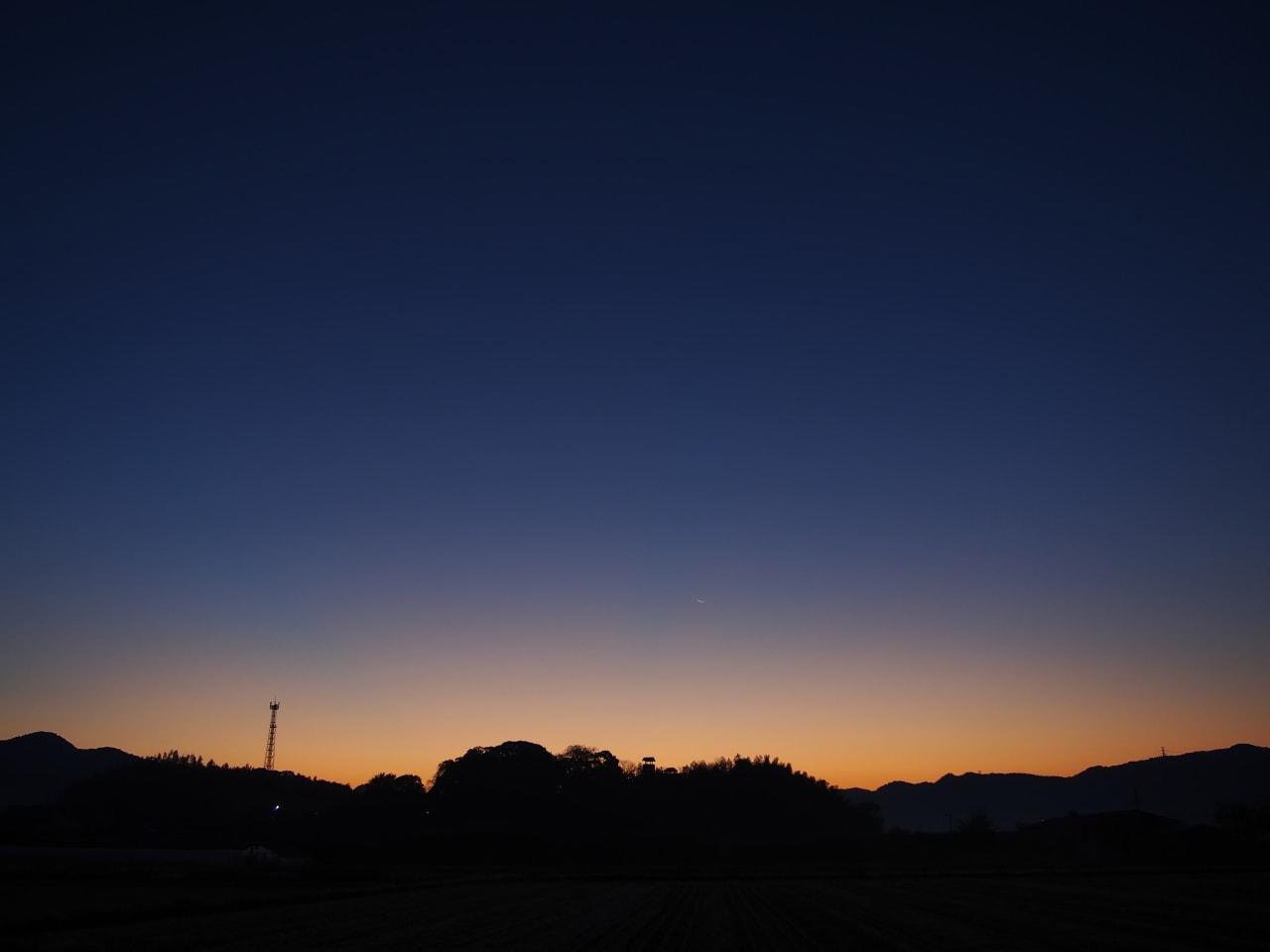 東条城と三日月の画像