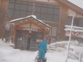除雪(情報館)。昨日はサラサラのパウダースノー。今日は昨日よりもやや重め