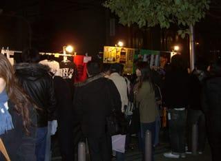 コンサート終了後、公園そばのグッズ売り場に群がる人達
