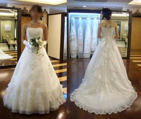 スッキリしたAラインのウェディングドレス。 ラインはシンプルなんだけど、アクセントに豪奢な刺繍が施されてるのがポイント。  リボンは後ろのウェスト部分に一つ