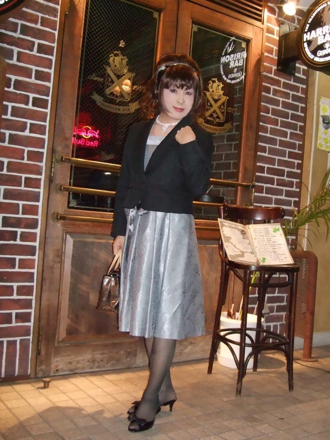 グレーのドレスに紺のジャケット