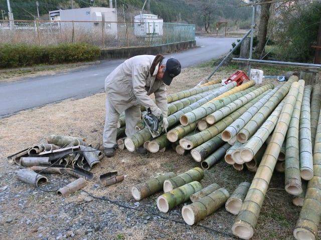 竹の端を切り取る