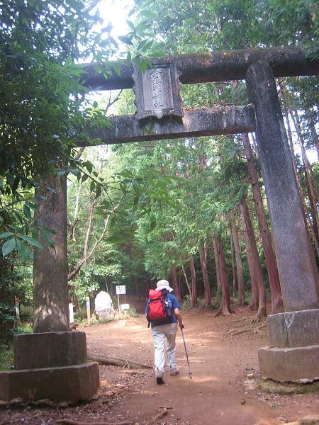 44f32b419c 「金刀比羅神社」の鳥居をくぐって進むと、 10分くらいで「男坂」と「女坂」の分岐に出ます。