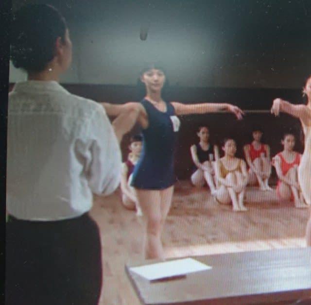 宝塚音楽学校入学試験で咲妃みゆ登場。 学科試験でヒロインの隣り→バレエの試験で審査◎→声楽の試験の前にヒロインに話かける
