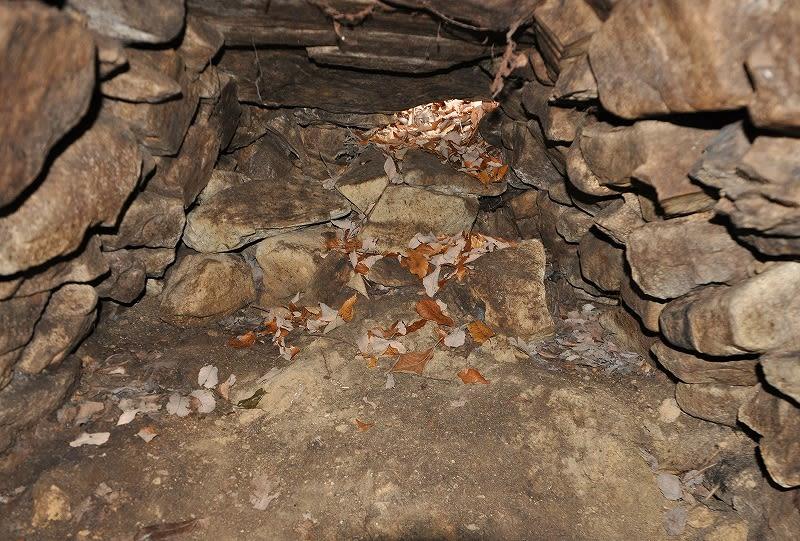 草ケ山1号墳石室西壁
