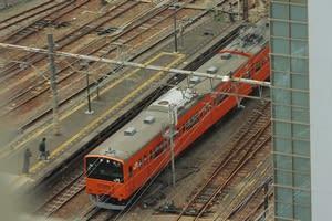 八王子駅に入線する201系