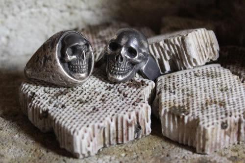 ロウ付け台上の頭蓋骨2つ