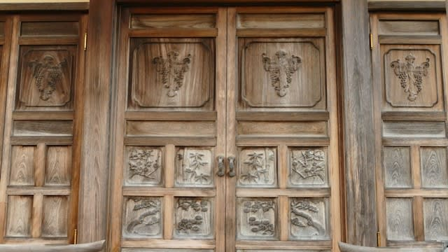 扉に葡萄と十字架