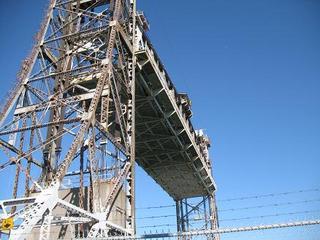 上がった橋を下から見れば。。