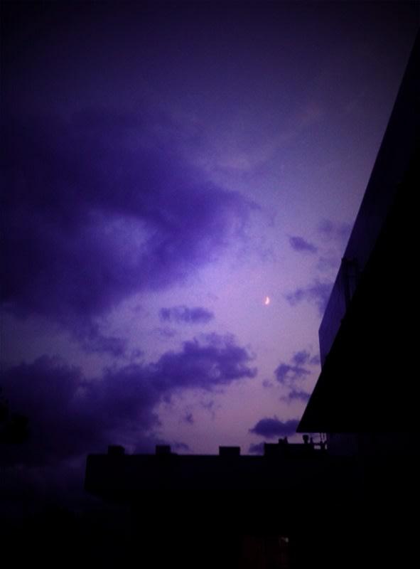 紫色の空…。