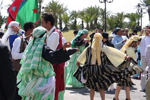 108beb2b792fb 硬い式典が終わって皆で交流です。 チュニジアの踊りに興じています。