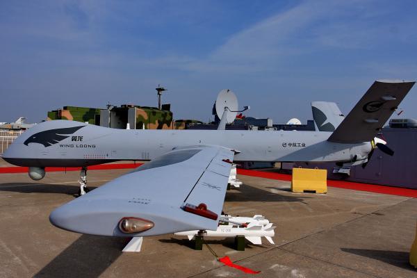 これが支那の無人機であり、下がアメリカの【Predator】(無人偵察作戦機)である。尾翼が上向きか、下向きかの違いはあるが、同じ図面から作った、兄弟とか親子の無人機だ。