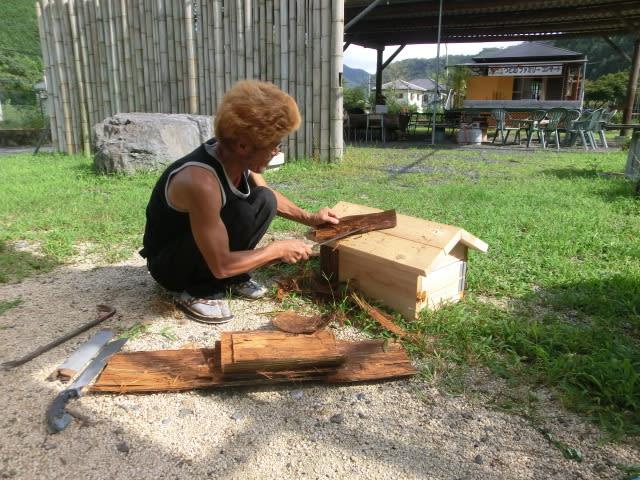 杉皮を薄く削る