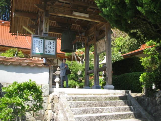 お寺の山門にかかるM家一族が寄進した鐘