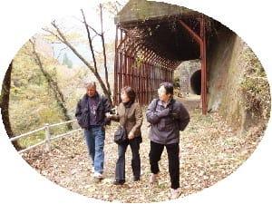 トンネルを抜けたら紅葉の渓谷です
