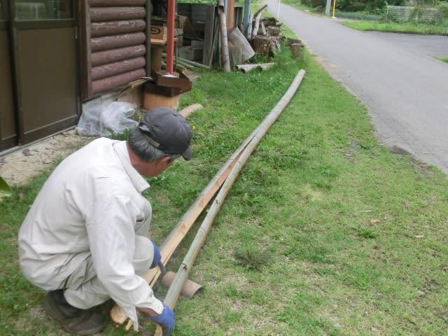 割れた竹を広げる