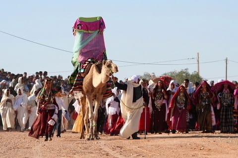 61ce475eff3a6 着飾った女性はベルベル人の民族衣装を着ています。 これは結婚式などの盛装です。