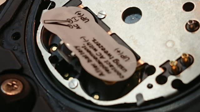 cb553188df カシオGショックの電池交換です 開けてみると、 電池2個使用しています。 中には4個のものもあります。