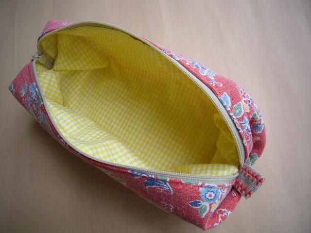 左のようなキャラメルポーチは、これまでも何個か作ってきましたが、今回の新発見手法(大げさでくどい!)は、縫い代の処理が不要なのです!