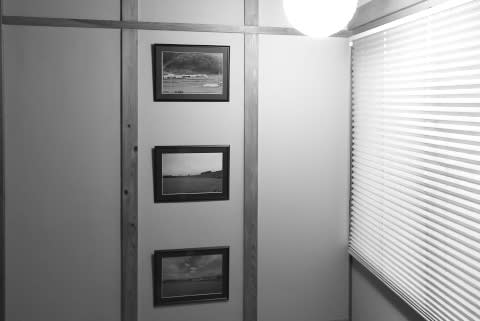 階段室の壁に写真額