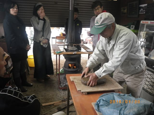 粘土の塊を用意する