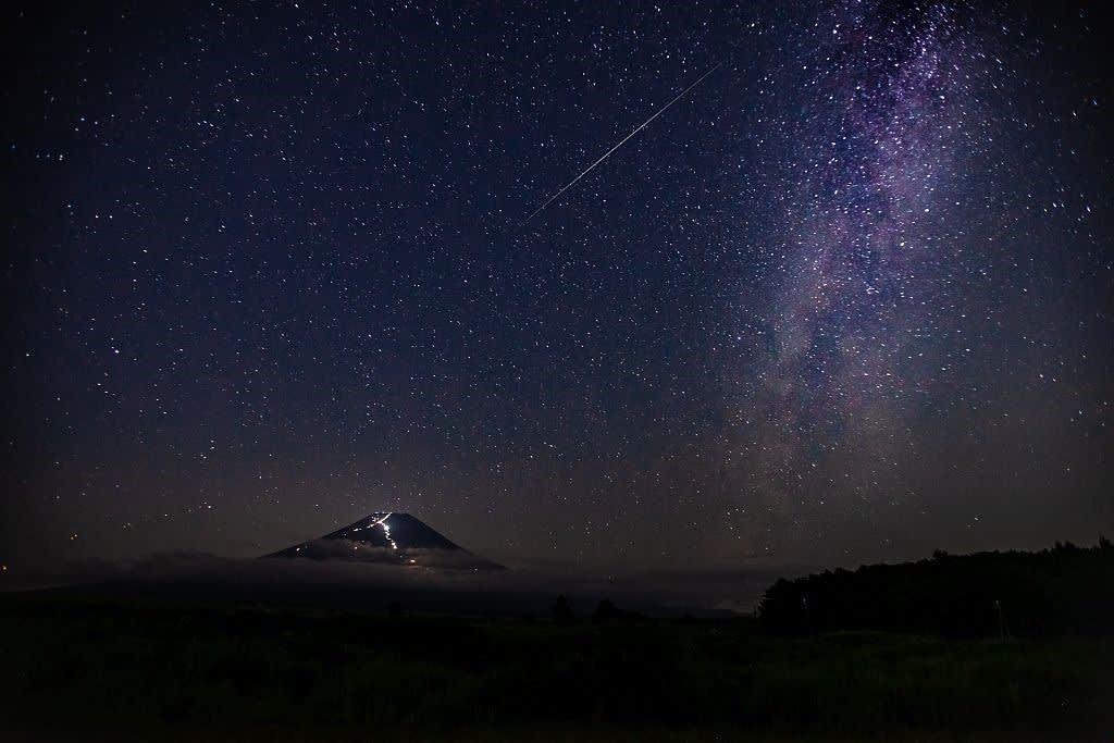 ペルセウス座流星群と富士の写真