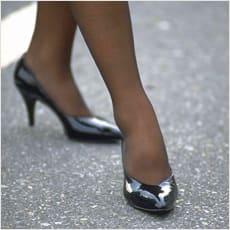 「歩きにくそうなヒール靴をはく女性、どう思」の質問画像