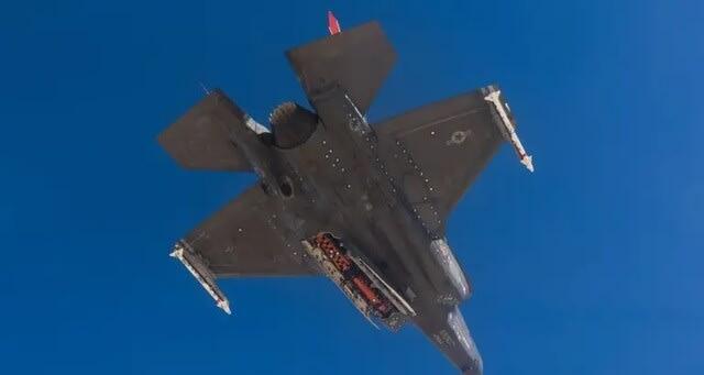 F35戦闘機,新型ミサイル,ジョイントストライクミサイル,最初空中投下テスト,エドワーズ空軍基地,JSM,F35Aブロック4,F35A,ステルス戦闘機,飛行機,航空機,パイロット,乗り物,爆撃機,スクランブル,迎撃,