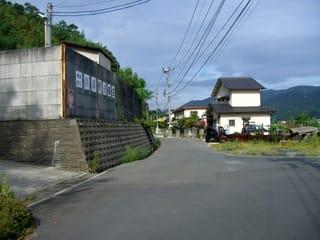 道の左手にあるスクラップ工場