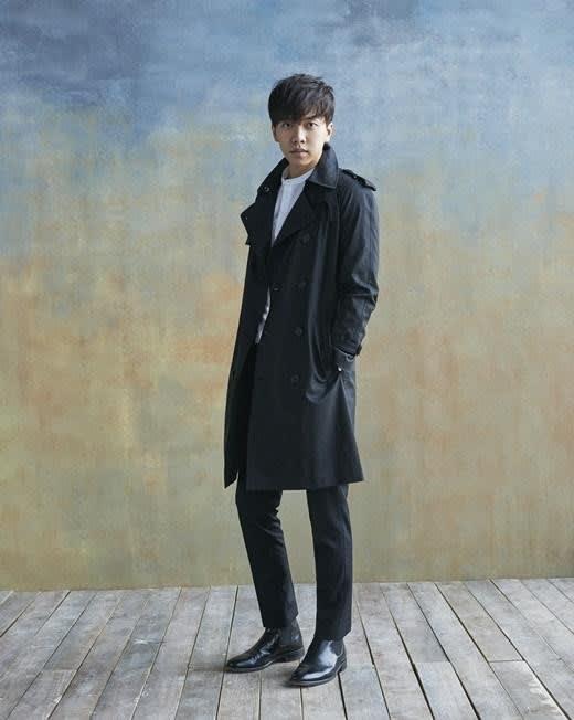 黒のコートでシックに決めるイ・スンギ