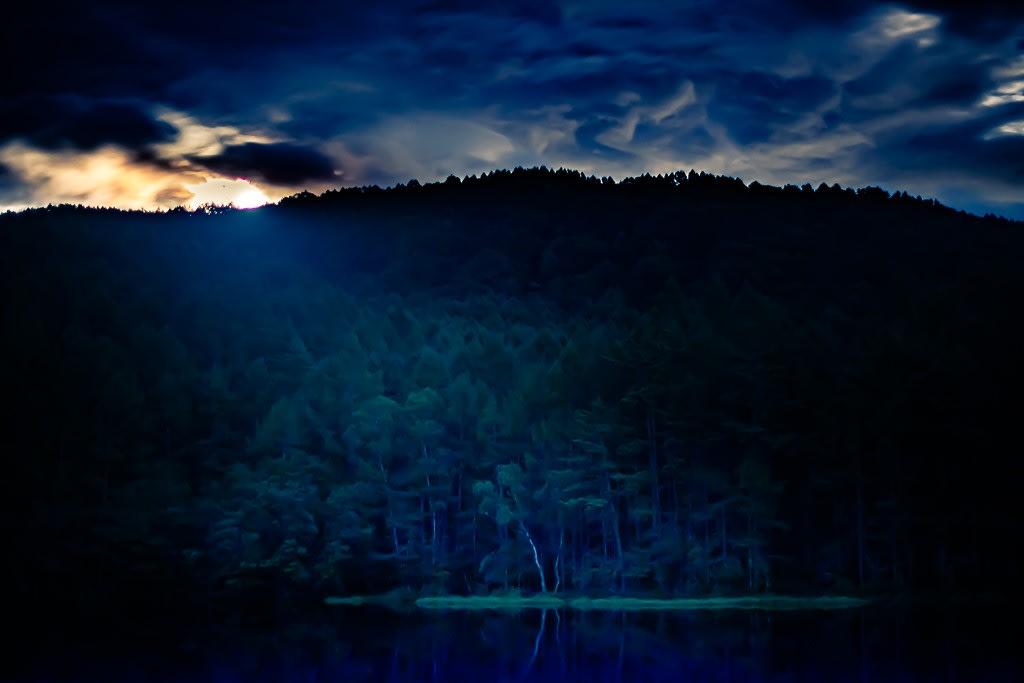 御射鹿池の月夜の写真