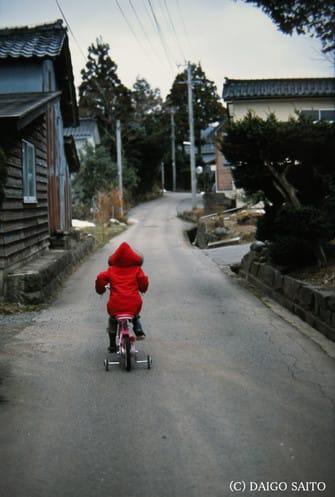 道を行く子供
