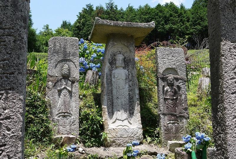 つちんど墓地の阿弥陀三尊