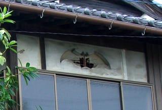 蝙蝠型にくりぬかれた二階の壁