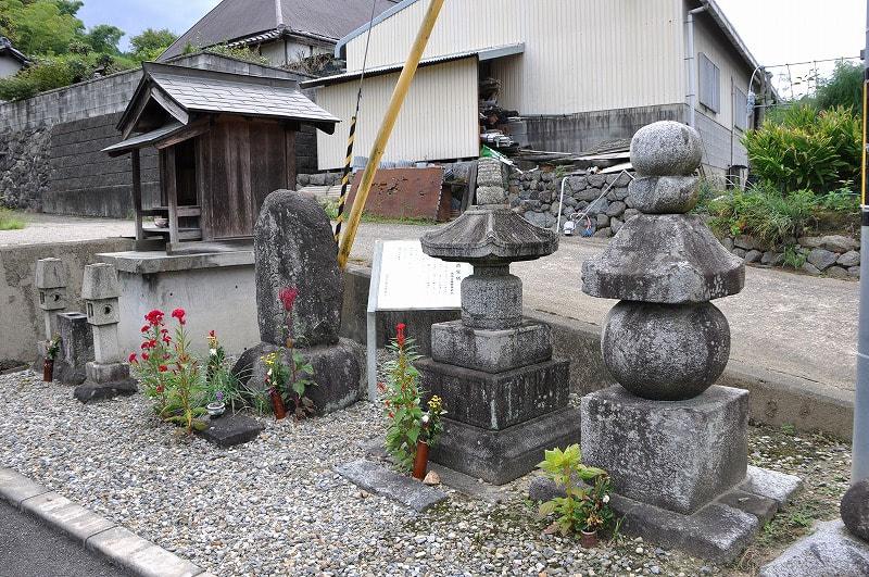 浅古の石造宝塔