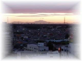 朝焼けの中に浮かぶ「筑波山」綺麗でしょう