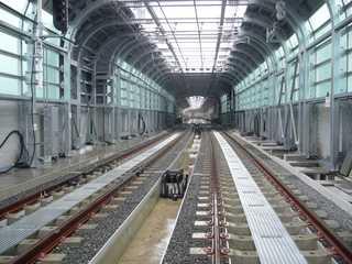 阪神なんば線九条駅と西九条駅間の高架橋から西九条駅を望む