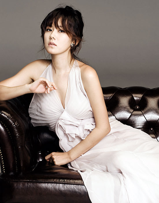 白いドレスが似合うセクシーなソン・イエジンです。