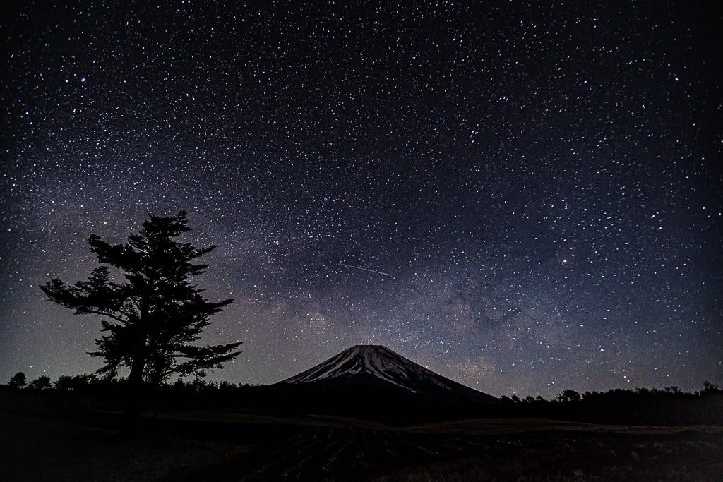 富士と天の川と流星の写真