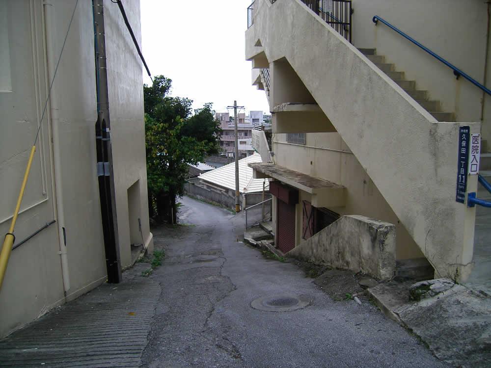 通り沿いに並ぶ建物の間から見える風景