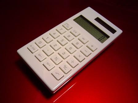 会社員生活ウン十年の私ですが、ほとんど電卓とは無縁の生活を過ごしてきました。 仕事上必要な時は、誰かのをちょっと借りるか、携帯を使えば済む程度。