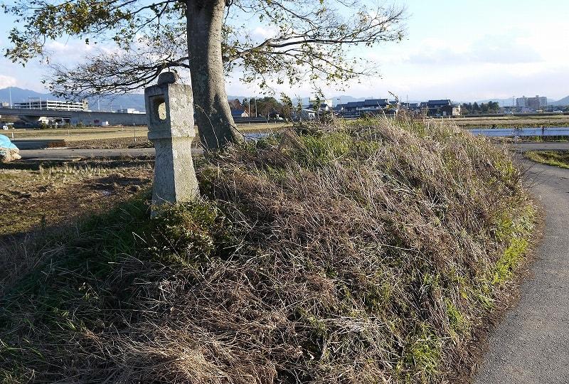 墳丘北側に有る燈籠